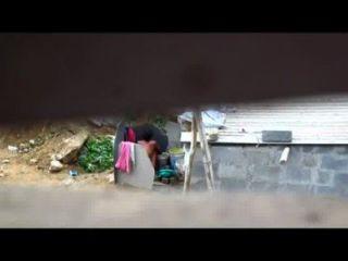 Mujer india de baño al aire libre