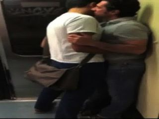 Besos en el metro (no porno)