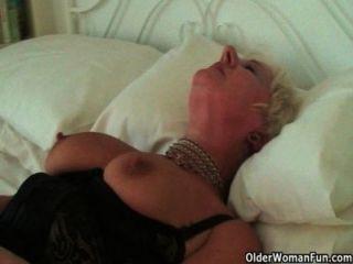 Muy sexuada abuela sandie frota su clítoris traspasado
