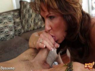 Busty brunette pornstar soplando un pene grande