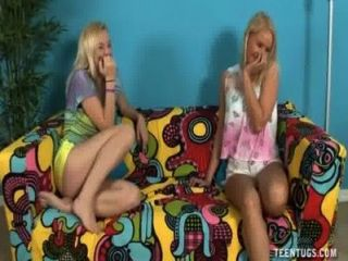 Tres adolescentes córnea tirón de un tipo desnudo