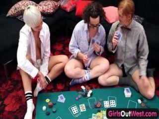 Chicas de oeste lesbianas peludas lamió y folló en trío