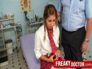 Viejo médico coño trata a una niña de la escuela rachel evans