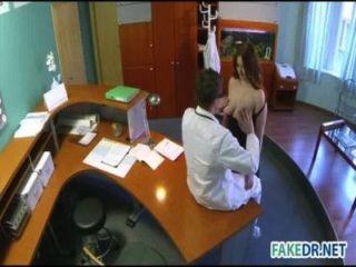 Nuevo asistente folla con el doctor