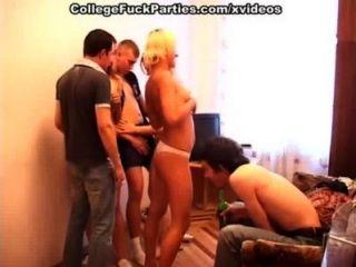 Chicas universitarias desnudas dando mejor placer sexual a hombres duros