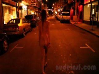 Desnuda en san francisco: corto clip de niña caminando calles desnudas tarde en la noche