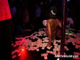 Estrella de porno diamantes de piel de actuación en un club de striptease