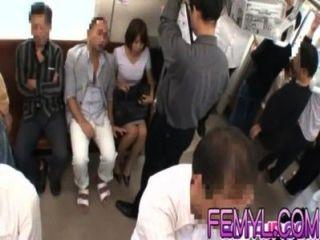 Milf asiática sexy se folla duro en un tren