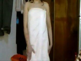 Chica india sexy bailando a la canción de la película en la toalla