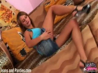 Valya teasing su coño en jeans apretados