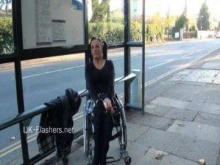 Paraprincess exhibicionismo al aire libre y flashing silla de ruedas vinculado bebé mostrando
