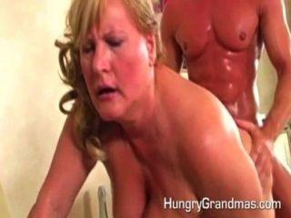 La abuelita tiene una carga de esperma caliente