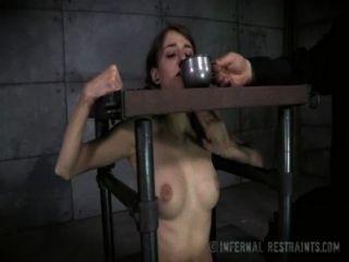 Tímido tetas pequeñas morena en dolor de esclavitud