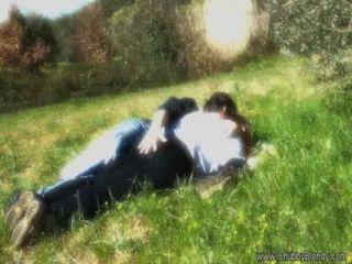 Haciendo el amor en la hierba