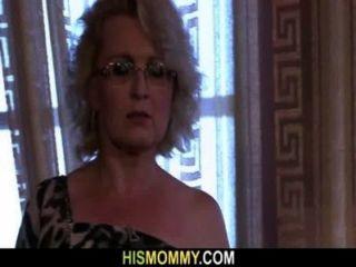 Ella es despertada por la mamá lesbiana cachonda