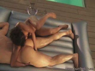 Balanceando el masaje de la muchacha