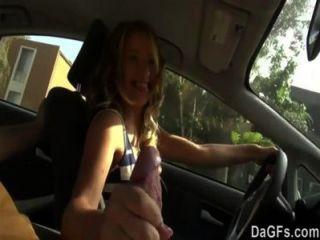 Ella quiere follar en un coche para su primera escena de sexo