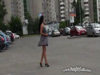 Desnudo en calle pública y carretera
