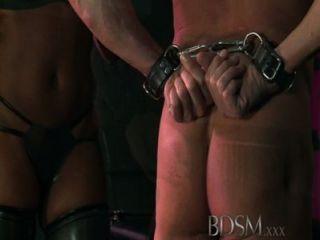 Bdsm xxx encapuchados esclavos son puestos a prueba por dominantes dom dominante