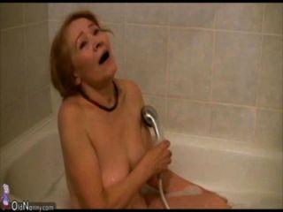 Oldnanny vieja mujer flaca masturbándose y chupar polla