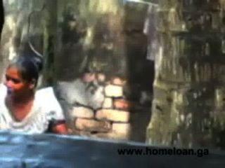 Pueblo bangla chica abierto baño caliente