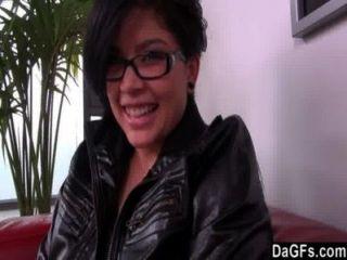 Linda morena con gafas tiene una audición quickie