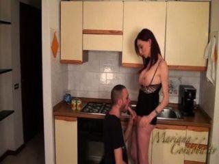 Mariana cordoba caliente en la cocina