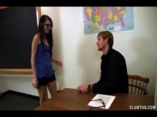 Cuatro eyed schoolgirl sacude el profesor