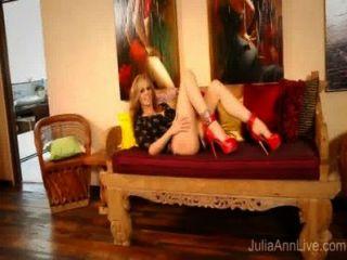 ¡Superestrella milf julia ann en los altos talones rojos que se masturban!