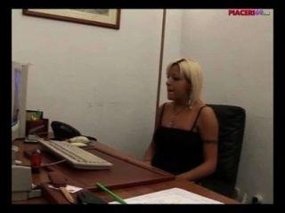 Secretaria rubia italiana masturbándose en la oficina italiano porno