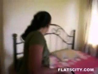 Ama de casa en salwar quitar y conseguir desnudo en la cama