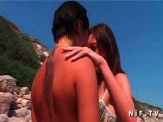 Tres hotties tienen lesbianas sexo lamiendo dedos toying en la playa