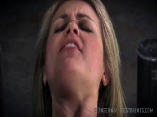 Dulce rubia pide dolor en la esclavitud