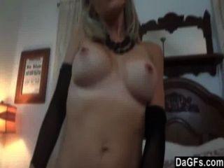 Puta rubia tetona muestra sus habilidades sexuales