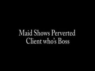 La criada muestra al cliente pervertido que es jefe