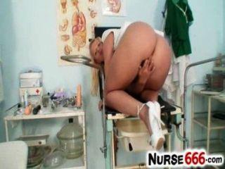 Caliente rubia lilith lee enfermera uniforme y coño en close ups
