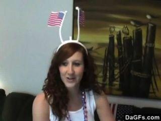 Chica patriota fingering a sí misma para celebrar día de la independencia