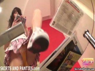 Lara destellando sus bragas mientras ordenando