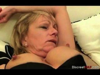 Madre británica despierta hijo