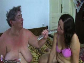 Oldnanny vieja abuelita gorda y gorda adolescente está disfrutando con consolador y chico joven
