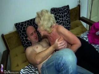 Vieja abuela gordita en la cama tiene sexo con hombre córneo