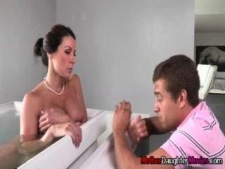 Hijo se busted espiando a su madrastra en la bañera
