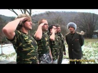 Pollo militar obtiene soldados cum
