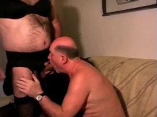 Viejo hombre con crossdresser.Papá bebe piss y cum