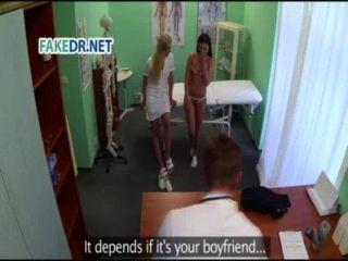 La enfermera prepara al paciente para el médico