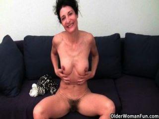 Abuela con el coño peludo obtiene dedos