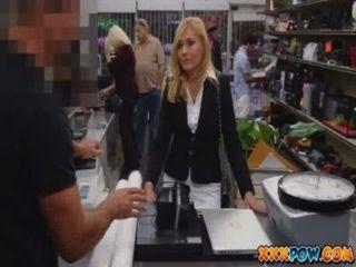 Asesinada sexualmente Milf fue despedido y va a una tienda de empeño para vender algunas cosas