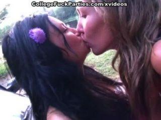Polluelos van desnudos y muestran el sexo caliente de las muchachas de la universidad al aire libre
