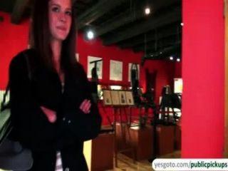 Hermosa kelly expone tetas y culo en el museo a cambio de dinero en efectivo