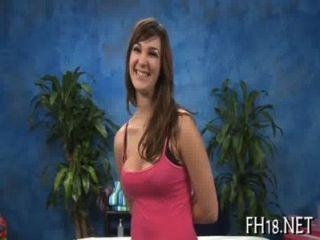 Sexy chica de 18 años recibe perforado duro